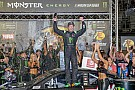 Kurt Busch holds off Kyle Larson to win a thriller at Bristol