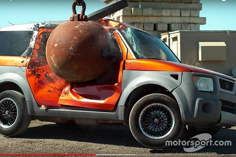 Vídeo: ¿Qué pasa cuando golpeas un coche con una bola de demolición?