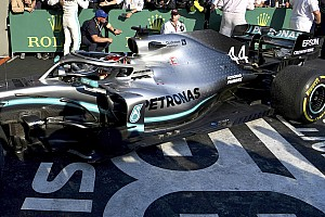 Foto: La pieza faltante en el piso del Mercedes de Hamilton