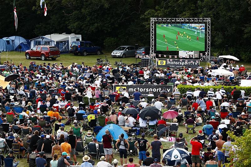 Как болельщики Ф1 в Сильверстоуне смотрели футбол: фото