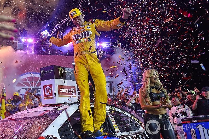 Busch domina Charlotte e chega a marca imponente na NASCAR