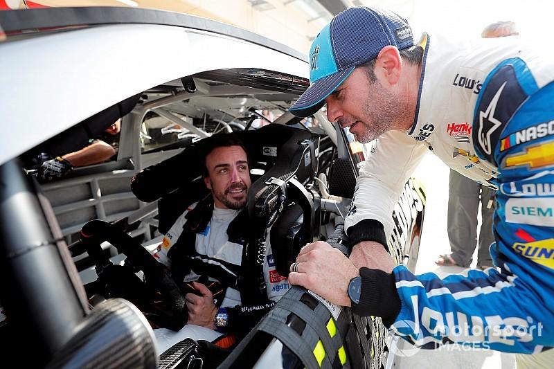 Alonso wisselt met Johnson en voelt NASCAR-bolide aan de tand
