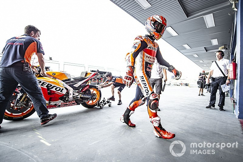 Márquez se cae y deberá pasar por la Q1 en Tailandia