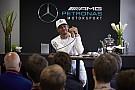 Em alta, Hamilton joga favoritismo para Ferrari