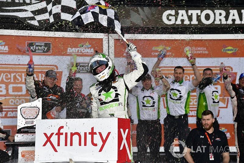 Reddick gana primer carrera de la temporada con final de foto
