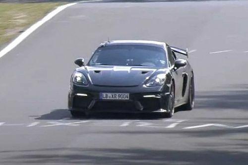 A Porsche gyakorlatilag álcázás nélkül teszteli a Porsche 718 Cayman GT4 RS sportkupét a Nürburgringen