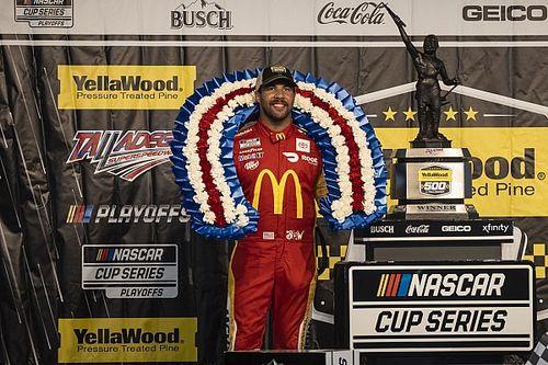 Одиозный афроамериканец впервые выиграл гонку NASCAR