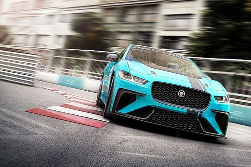 Párszor majdnem eltalálta a falat a Jaguar I-PACE eTrophy VIP-indulója