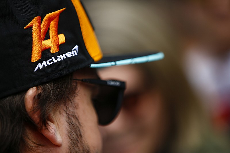 Alonso, McLaren'ın yeni Renault motoruna geçeceğini doğruladı