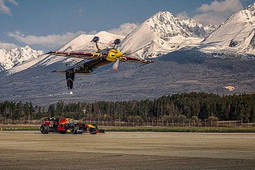 سيارة ريد بُل للفورمولا واحد تواجهُ طائرة ريد بُل ضمن منافسة مذهلة هي الأولى من نوعها في العالم