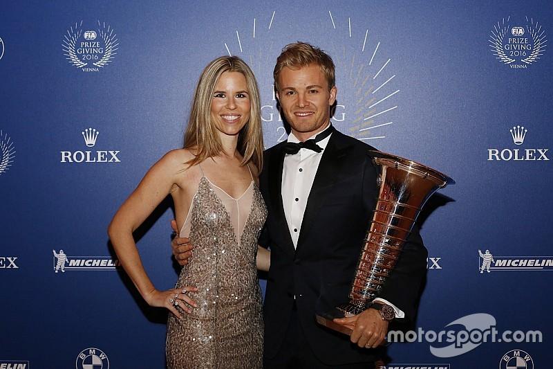 Videón, ahogy Rosberg átveszi az F1-es bajnoki trófeát