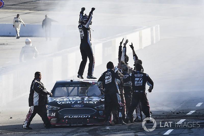 Клинт Боуйер впервые с 2012 года выиграл гонку NASCAR