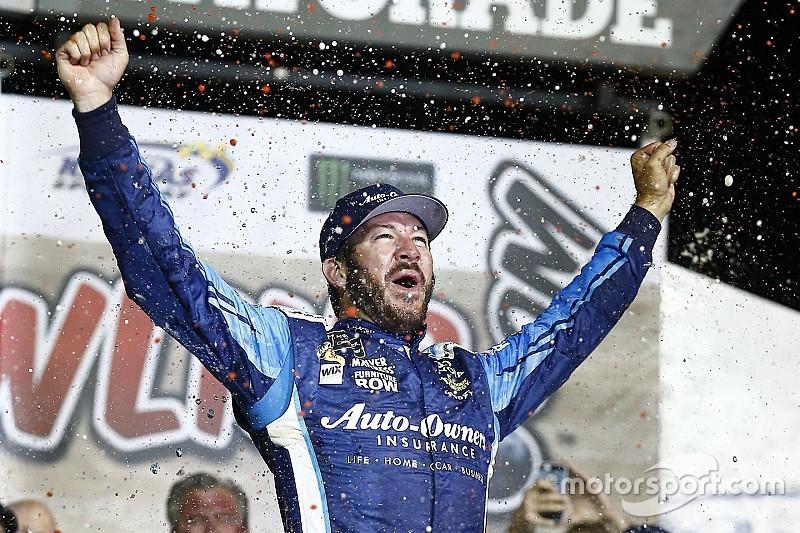 Truex Jr. gana una accidentada carrera en Kansas