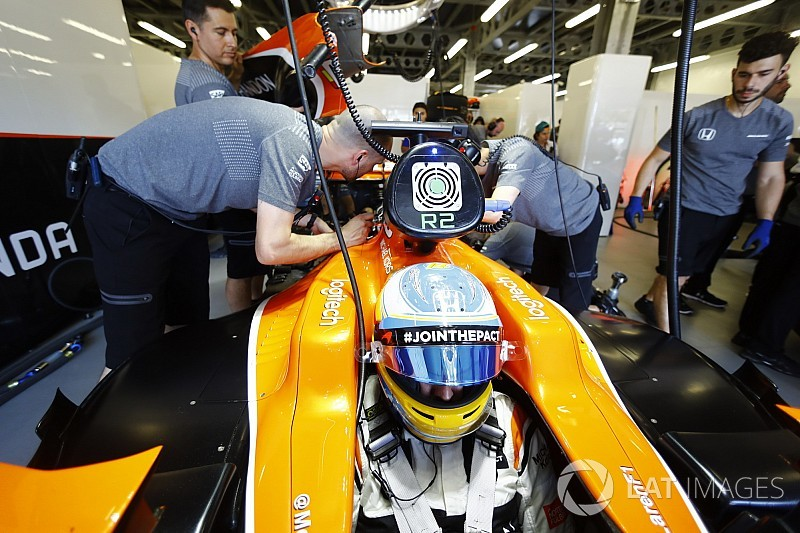 Honda испытала новую версию двигателя на машине Алонсо