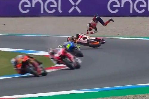 Маркес попал в серьезную аварию на тренировке в Ассене: фото
