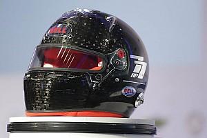 FIA、ヘルメットの安全基準引き上げ。バイザー開口部が10mm狭まる
