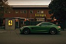 Vídeo: un Mercedes 'profana' Maranello para rendir tributo a Ferrari