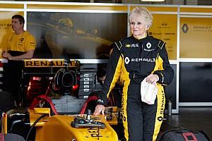F1 Artículo especial Un récord increíble: una mujer de 79 años pilota un F1 de Renault