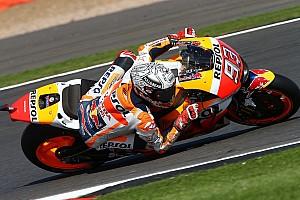MotoGP Relato de classificação Márquez quebra recorde e é pole em Silverstone; Rossi é 2º