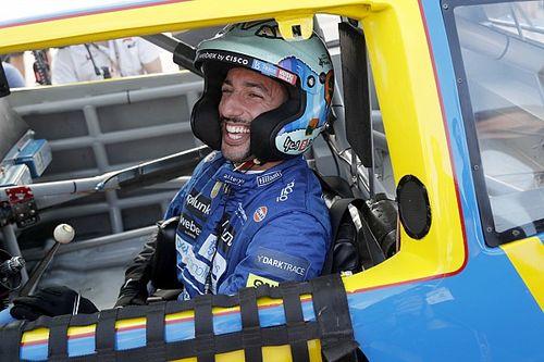 リカルド、ご褒美のNASCARドライブに笑顔満開。アーンハートJr.のコメントに「泣きそうに……」