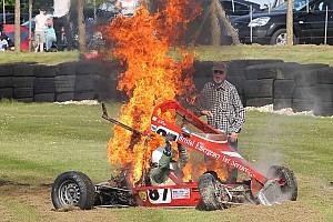 GENEL Son dakika Formula Ford sürücüsü alev alan araçtan son anda kurtarıldı!
