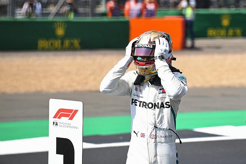Hamilton voor vierde jaar op rij op pole in Engeland, Verstappen vijfde