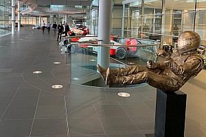 На базі McLaren з'явилася статуя Сенни
