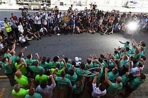 Formula 1 Özel Haber Fotoğrafın ardındaki hikaye: Hamilton'ın gösterişli zafer kutlamaları