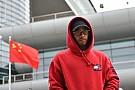 Формула 1 Хемілтон задарив фанатів у Китаї подарунками