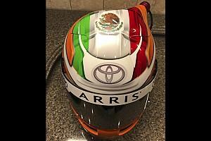 NASCAR Sprint Cup Noticias Suárez muestra su casco para NASCAR