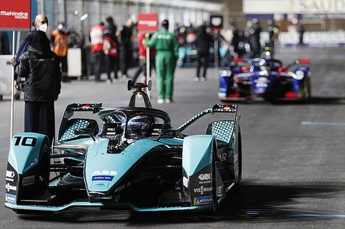 VIDEO: Bird gana segunda carrera en Arabia ante accidente de Lynn