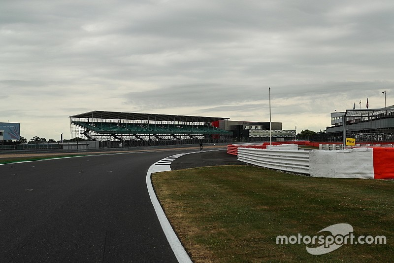 Гонщики Ф1 не готові до «більш швидкого» Сільверстоуна - Хемілтон