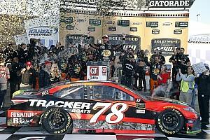 NASCAR Cup Reporte de la carrera Martin Truex se lleva una emotiva victoria de Kansas