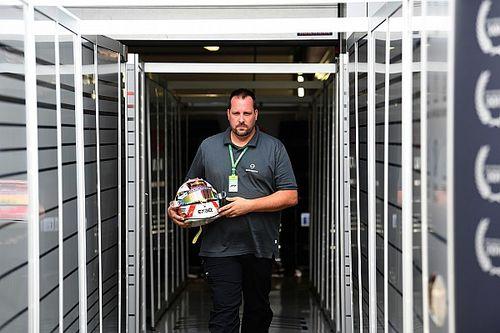 Interview: Wie is de man die de helm van Verstappen prepareert?