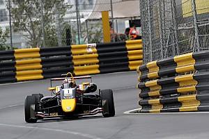 Тиктум выиграл квалификационную гонку в Макао, увернувшись от бродячей собаки