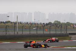 Max Verstappen, Red Bull Racing RB13, leads Sebastian Vettel, Ferrari SF70H