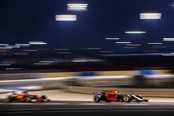 Daniel Ricciardo, Red Bull Racing RB13; Sebastian Vettel, Ferrari SF70H