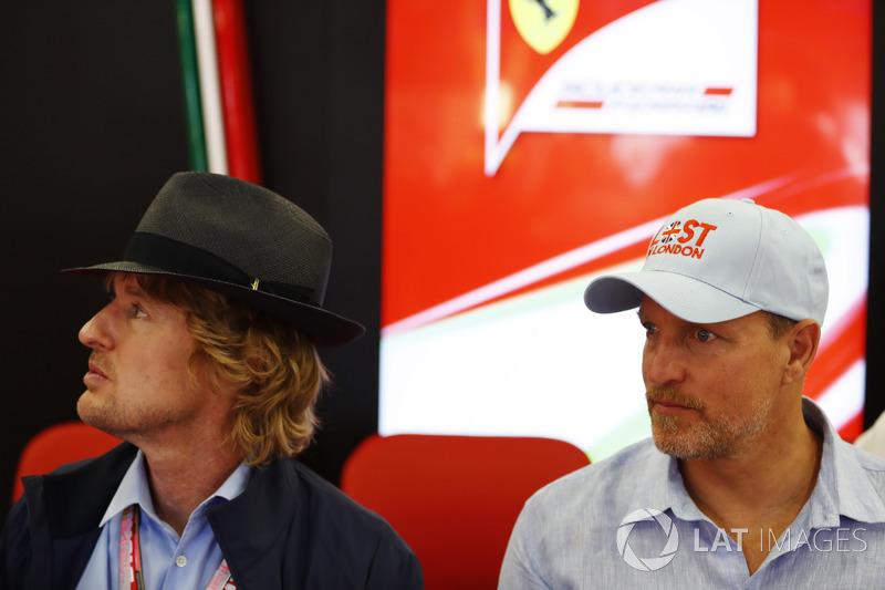 Actores Owen Wilson y Woody Harrelson en el garaje de Ferrari