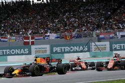 Daniel Ricciardo, Red Bull Racing RB13, Sebastian Vettel, Ferrari SF70H et Fernando Alonso, McLaren MCL32 en lutte pour une position