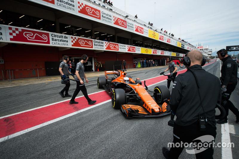 Fernando Alonso, McLaren MCL32 en los pits