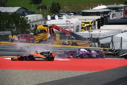 Max Verstappen, Red Bull Racing RB13, Fernando Alonso, McLaren MCL32, Daniil Kvyat, Scuderia Toro Rosso STR12 collide