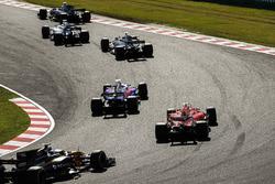 Пьер Гасли, Scuderia Toro Rosso STR12, Себастьян Феттель, Ferrari SF70H, и Джолион Палмер, Renault Sport F1 Team RS17