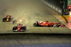 Sebastian Vettel, Ferrari SF70H al comando alla partenza della gara mentre avviene il contatto tra Kimi Raikkonen, Ferrari SF70H e Max Verstappen, Red Bull Racing RB13