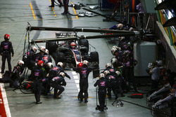 Kevin Magnussen, Haas F1 Team VF-17 pits