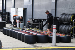 Механіки Renault Sport F1 Teamіз шинами Pirelli