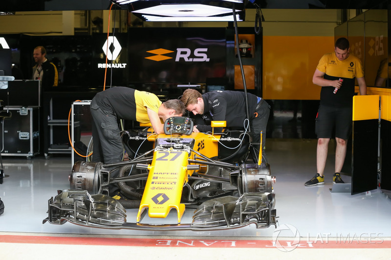 Renault Sport F1 Team RS17 у гаражі