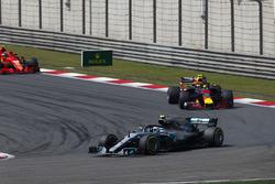 Valtteri Bottas, Mercedes AMG F1 W09, devant Max Verstappen, Red Bull Racing RB14 Tag Heuer, et Kimi Raikkonen, Ferrari SF71H