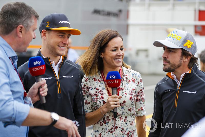 Stoffel Vandoorne, McLaren, y Fernando Alonso, McLaren, juegan a los dardos