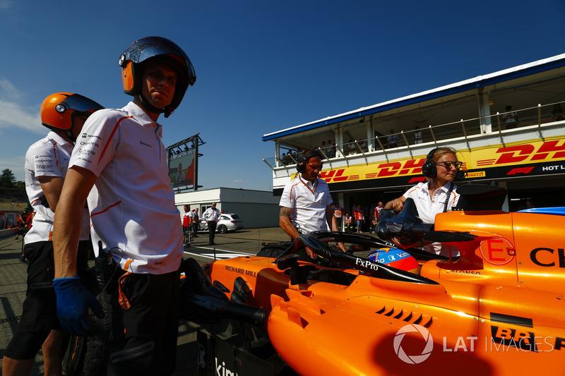 Fernando Alonso, McLaren MCL33, with McLaren engineers