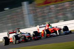 Lewis Hamilton, McLaren MP4-26 Mercedes, con Felipe Massa, Ferrari